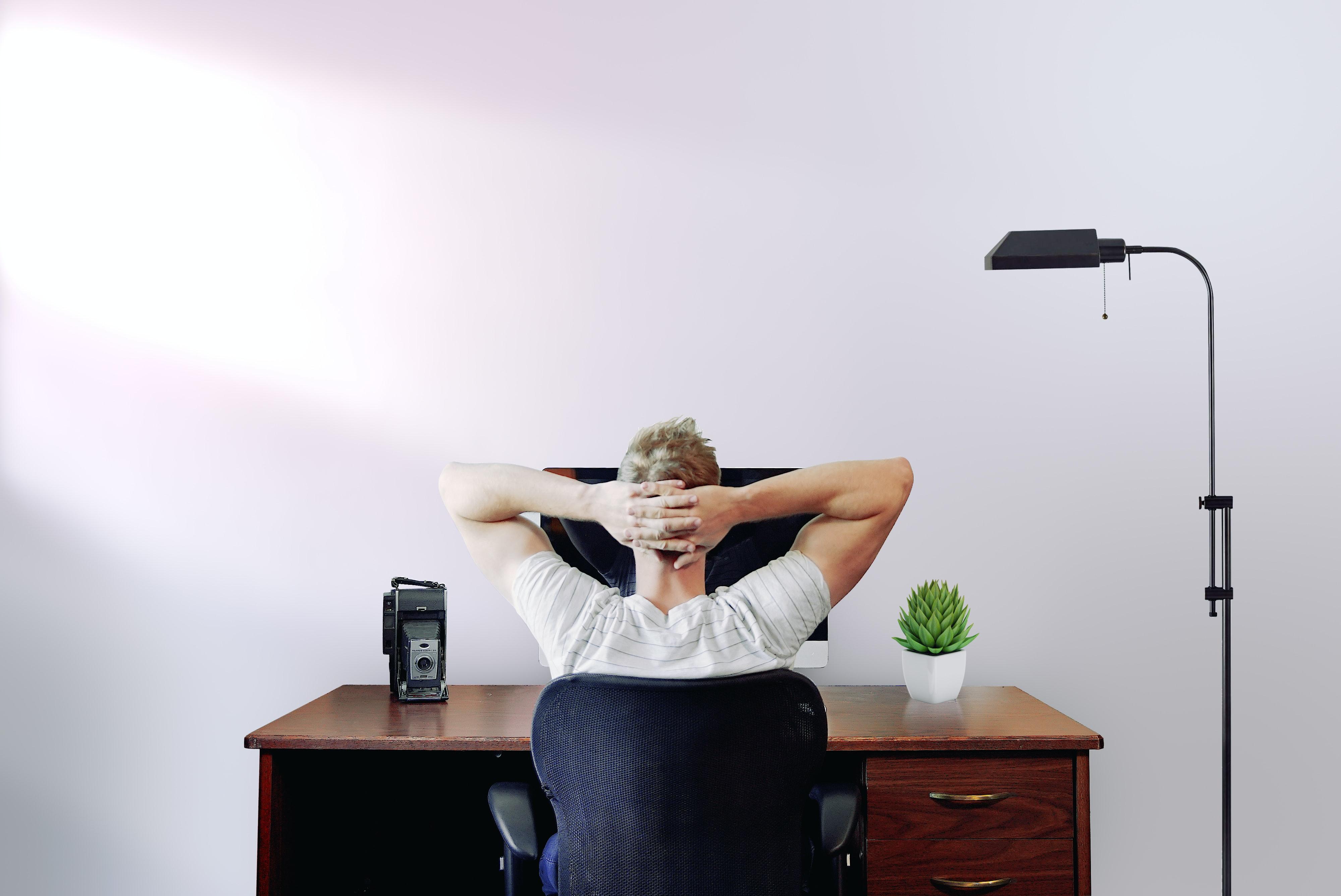 Online Meeting, Mann vor Laptop